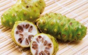 Зеленый, узловатый и с запахом сыра: что такое фрукт нони?