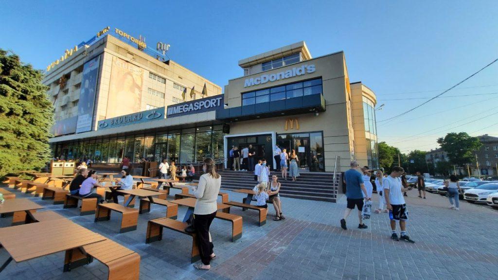Новый McDonald's в Запорожье, в котором работает робот